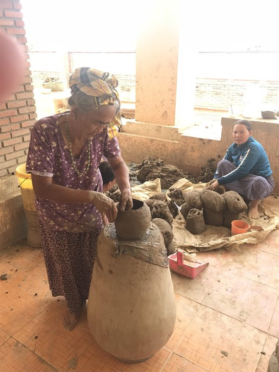Safe hands: Truong Thi Gach, 82, a Cham artisan, has been making pottery for 70 years in Bau Truc Village in Ninh Thuan Province. VNA/VNS Photo Van Châu