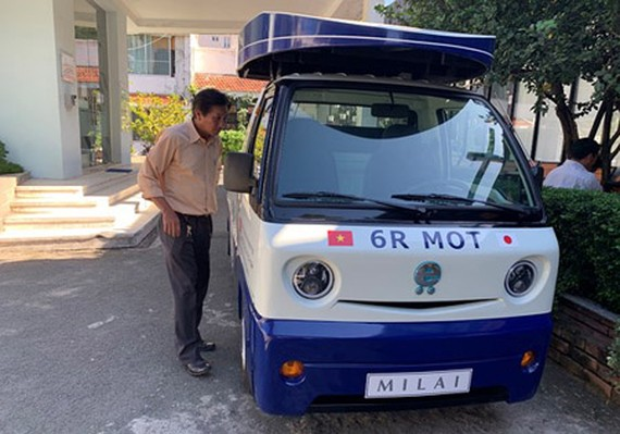 An electric car to collect organic waste