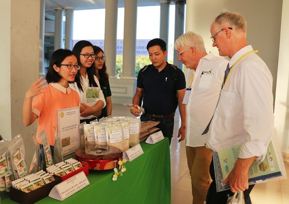 Delegates visit a booth displaying organic products on the sidelines of the forum. (Photo: VNA)