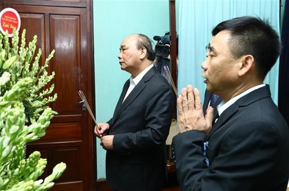 Prime Minister Nguyen Xuan Phuc offers incense to President Ho Chi Minh. (Photo: VNA)