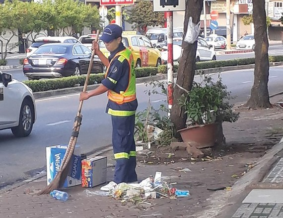 For city's beauty, workers keep working in lunar new year