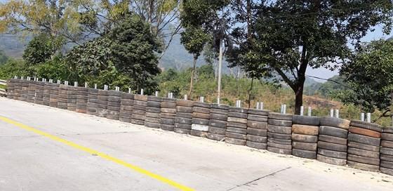 Tyre wall in Lo Xo Mountain Pass ( Photo: SGGP)
