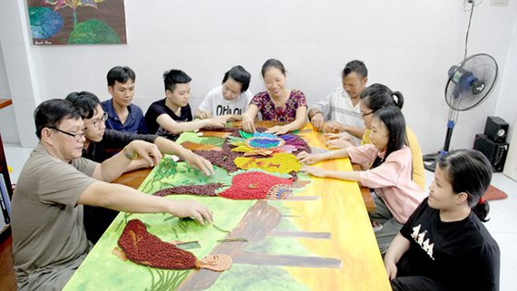 People with disabilities are learning to make souvenir items