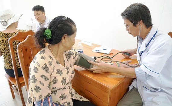 A physician is examining his outpatient (Photo: SGGP)