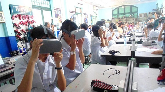 Junior high schoolers of Le Quy Don school are studying STEM class (Photo: SGGP)