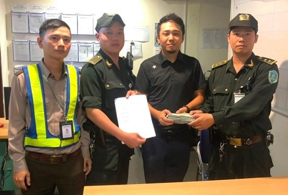 Airport staff returns $30,176 to foreign passenger