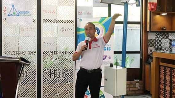 Bui Huu Phu is delivering a speech on his project in the contest. (Photo by Tuong Duy)