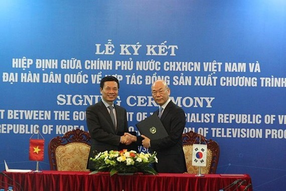 Minister of Information and Communications Nguyen Manh Hung (L) and Chairman of the Korea Communications Commission Lee Hyo-seong at the event (Source: VNA)