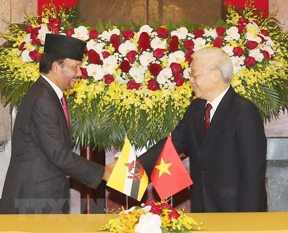 Party General Secretary and President Nguyen Phu Trong (R) and visiting Sultan of Brunei Haji Hassanal Bolkiah (Photo: VNA)