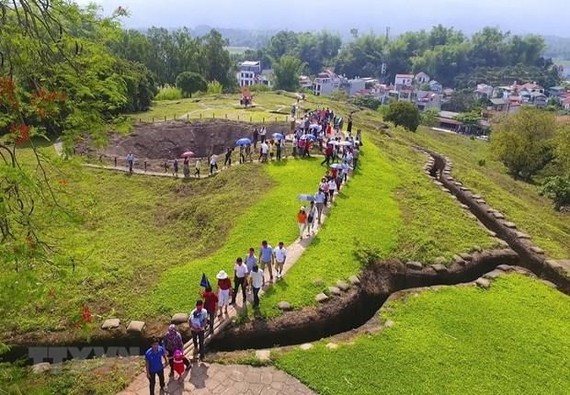 Tourists visit A1 Hill, the site of a fierce fight in Dien Bien Phu valley (Source: VNA)