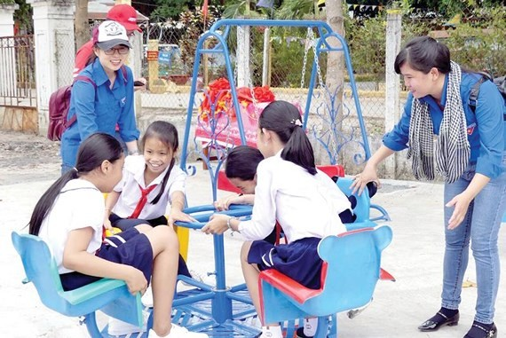 Communist youth unions give books to children in disadvantaged districts