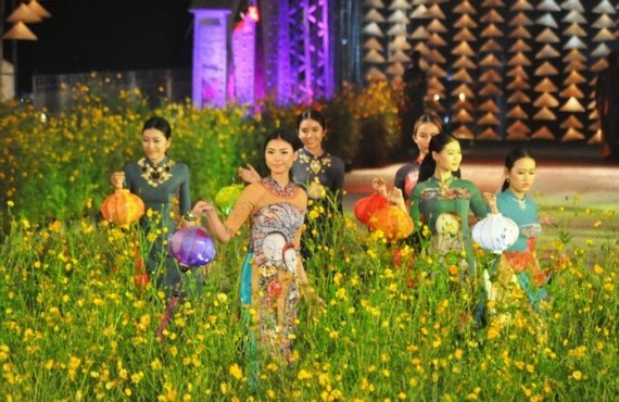 Girls wearing áo dài at a costume show in Hue. VNS Photo Phuoc Buu