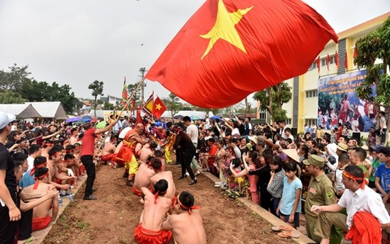 Tug-of-war is typically held near a communal house or shrine, two teams on either end of a rope try to tug it from the other. (Photo: nhandan.com.vn)