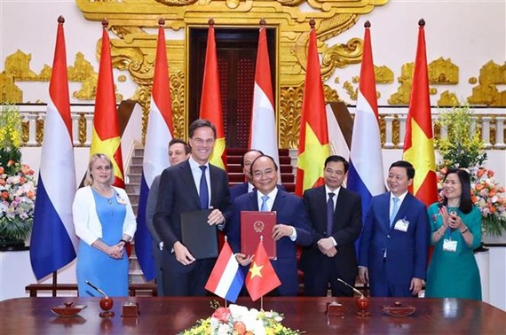 Prime Minister Nguyen Xuan Phuc (R) and Dutch PM Mark Rutte at the talks (Source: VNA)
