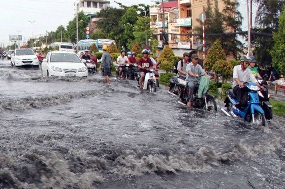 Kinh Duong Vuong street in HCM City's District 5 under water after heavy rain. (Photo: VNA)