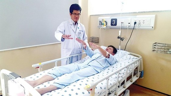 Dr. Thang is treating a stroke patient (Photo: SGGP)