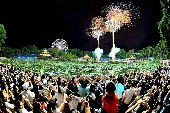 Holiday-makers wnjoy firework in Dam Sen last year (Photo: SGGP)