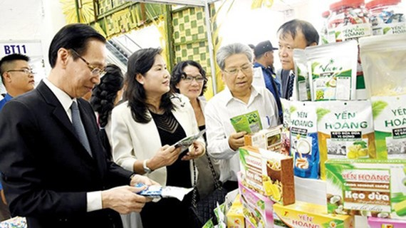 Visitors at the booth of startup businesses from Ben Tre Province. Photo by Huu Hiep