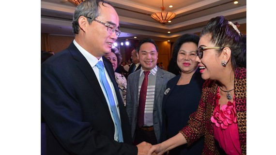 Party Chief Nhan shakes hand conference participants (Photo: SGGP)