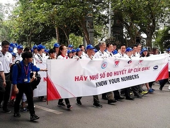 Over thousands of Hanoians participate in walking for heart's health