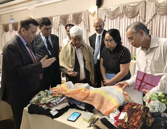 Dr. Bimal Mawandia (L), chairman of the Indian Silk Export Promotion Council, introduces Indian silk products to representatives of Vietnamese businesses at the Buyer-Seller Meet. (Photo: VNA)