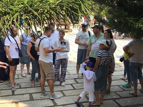 travel agents which employ foreign guide in Vietnam or use fake tourist guide card or its tourist guides providing wrong information distorting history and the country's sovereignty will be fined VND90 million (Photo: SGGP)