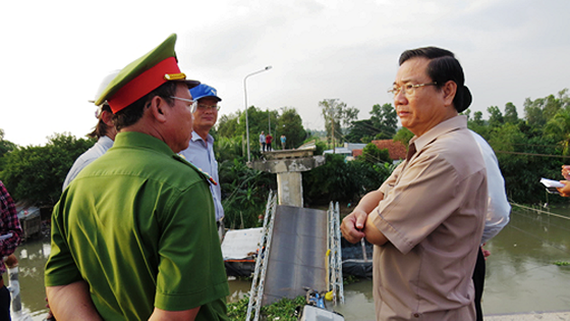Deputy Chairman of People's Committee Nguyen Thanh Hung arrives at the scene to direct construction repair (Photo: SGGP)