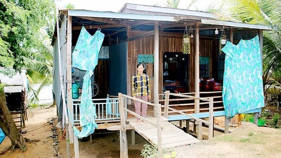 A poor resident in Long An Province live in dilapidated house but she doesn't want to ask for construction loan for Fear not being able to repay loans (Photo: SGGP)