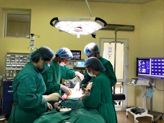 Surgeons remove massive tumor from kid's kidneys