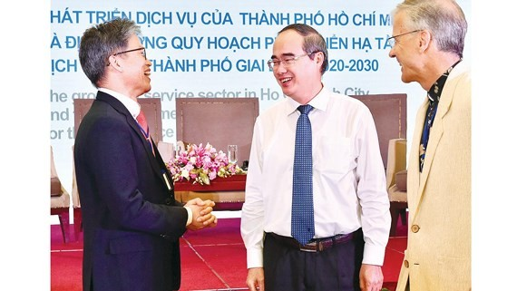 Secretary of the Ho Chi Minh City Party Committee Nguyen Thien Nhan and meeting participants  at the event (PHoto: SGGP)
