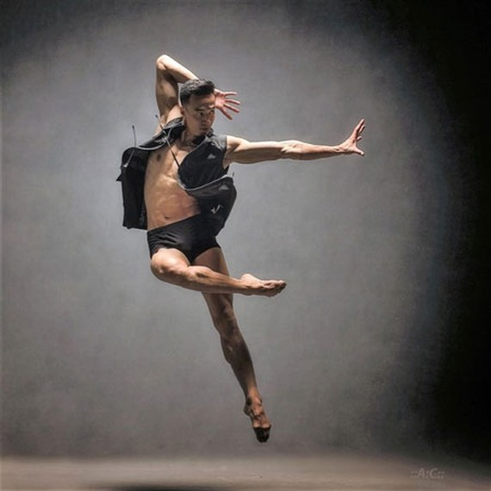 A dancer performs a dance titled Da Chieu (Multi Orientations) by choreographer Huy Tran (Photo: VNA)