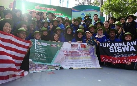 Malaysian students join volunteer campaign in HCM City