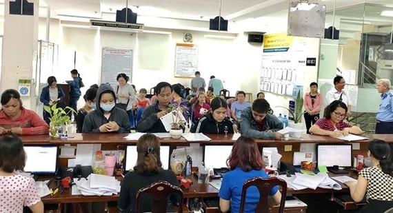 A counter where staff receive and handle documents at HCMC Social Security (Photo: SGGP)