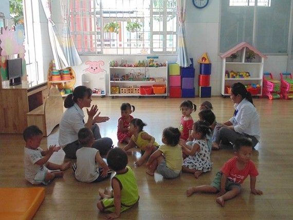 Teachers and kids of Hoa Phuong Preschool in BInh Chanh DIstrict, one of shools in the district keep workers' children (PHoto: SGGP)