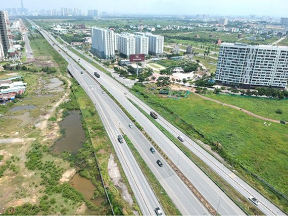 The task of land compensation payment has a great effect on the completion of transport construction projects. Photo by Cao Thang
