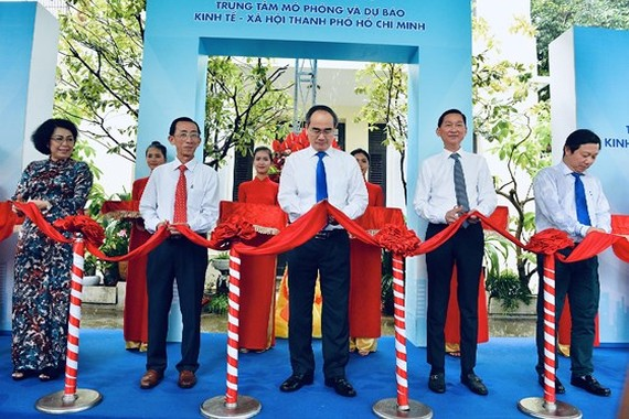 Party chief Nhan and city leaders cut ribbon to inaugurate the center (photo : sggp)