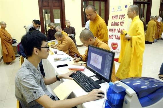 Buddhist monks and nuns from the Vietnam Buddhist Academy in Soc Son Distric in Hanoi register for organ donation. — VNA/VNS Photo