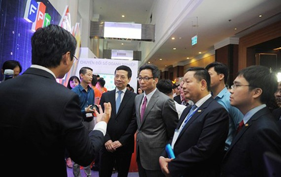 Deputy Prime Minister Vu Duc Dam and other delegates are learning about DT products and services in the Summit (Photo: SGGP)