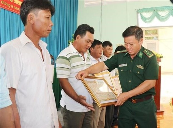 Vietnamese fishermen awarded for saving Philippine sailors