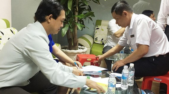 Inspectors are chekcing documents in violating companies (Photo: SGGP)