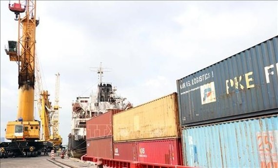 The situation of being stuck in ports and overloading at some key ports in the South East region takes place regularly, creating conditions for shipping enterprises to increase service charges. (Photo: VNA)
