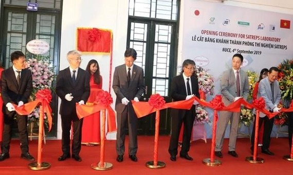 Delegates cut the ribbon to inaugurate the SATREPS laboratory at the National University of Civil Engineering (Photo courtesy of JICA)