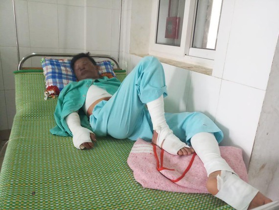 The man is being treated in the hospital ( photo: SGGP)