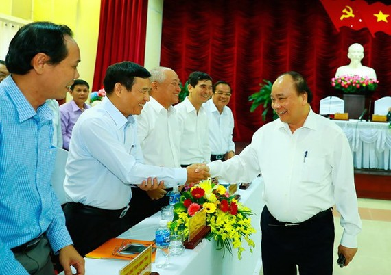 Prime Minister Nguyen Xuan Phuc (R) has a working session with Binh Thuan officials on April 18 (Photo: VNA)