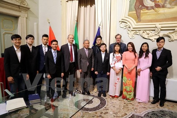 Headmaster of University of Brescia Maurizio Tira and Vietnamese Ambassador to Italy Cao Chinh Thien (centre) take a photo with Vietnamese students and postgra​duates at the university (Photo: VNA)