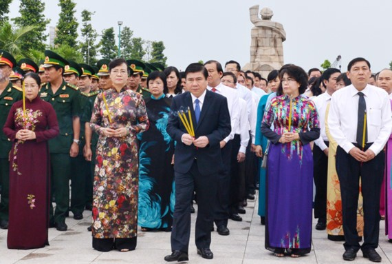 City leaders burnt incense at HCMC Martyr Cemetery