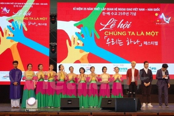 Vietnamese students perform at the event. (Photo: VNA)