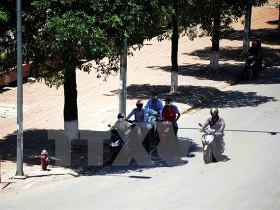 Citizens travel outside under 35 degrees Celsius hot air
