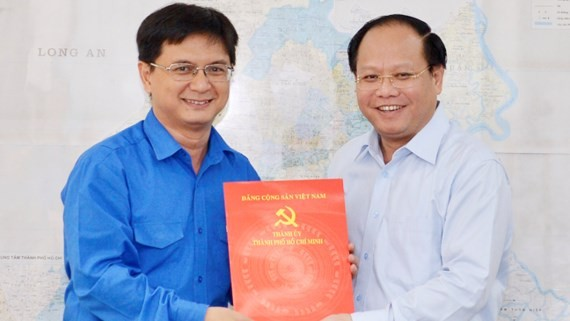 Nguyen Manh Cuong receives an appointment decision of party secretary of Thu Duc district (Photo:Viet Dung)