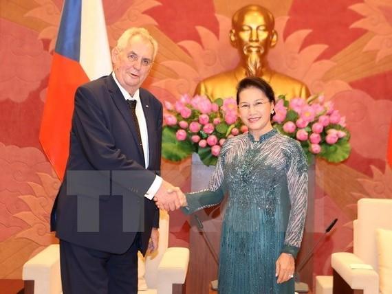 National Assembly Chairwoman Nguyen Thi Kim Ngan (R) and President of the Czech Republic Milos Zeman (Source: VNA)